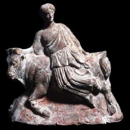... Statuetta in terracotta che rappresenta il rapimento di Europa da parte di  un toro 3df3dd3c4acc