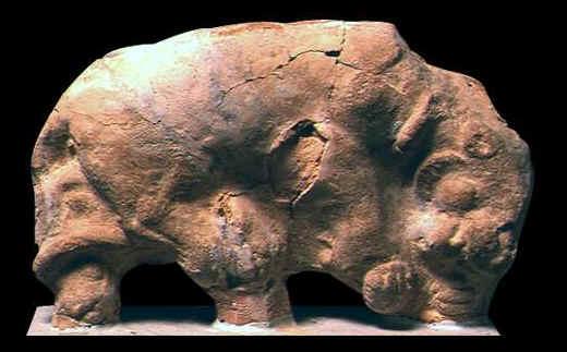 ... Statuetta che raffigura una pantera raccolta su se stessa. Il reperto si  trova al Museo. Testa di un attore ... a92aec09dad4