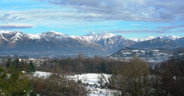 La campagna di rus Cassiciacum a Cassago Brianza con l'ampio panorama delle montagne cantate da Licenzio
